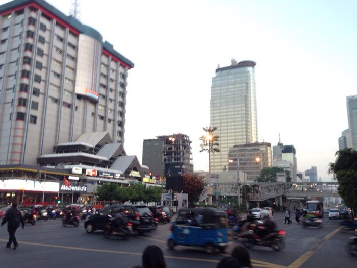 車は多いのに信号機が少ない、ジャカルタ市街。