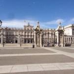 オリエンテ宮(Palacio de Oriente)とも呼ばれるスペイン王の王宮。現在、国王や王族は住んでおらず国の行事に使用されています。 現在宮殿のある場所には、10世紀からマイリット(mayrit)と呼ばれる要塞が建っていたそうです。