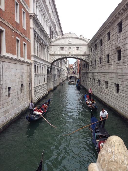 囚人がため息をつく、ベネチアのため息橋。