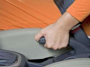 Freio de mão é um dos itens no carro para checar