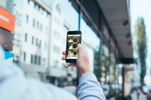 imagem celular apresentando site responsivo