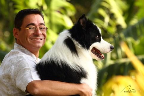 imagem homem e cão abraçados