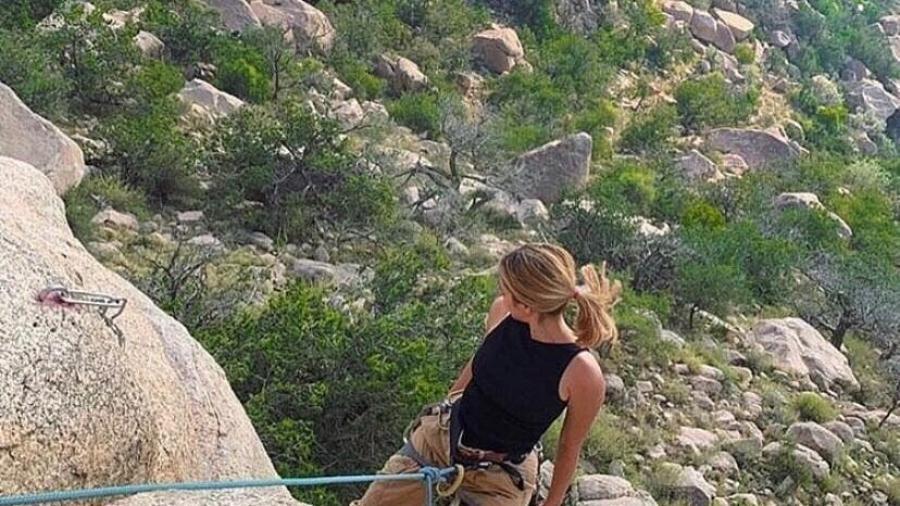 السعودية : مغامرة تتسلق الجبال و تعشق التخييم .