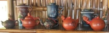 Bord mit Tee-Keramik in Doi Mae Salong, Thailand