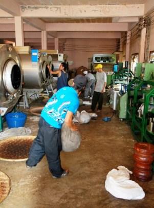 Geschäftiges Treiben in der Teefabrik