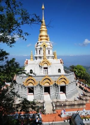 Über Doi Mae Salong thronender Tempel und Aussitchtspunkt