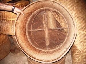Korb zum Rösten des fertigen Tees auf dem Holzkohlefeuer für den Eigengebrauch in Pang Kham