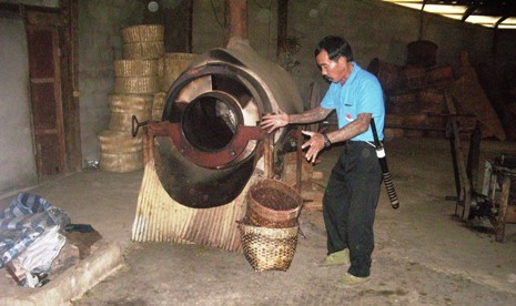 Heiztrommel zur Teefermentierung in Pang Kham; Shan-Teefarmer beim Erklären des Teeverarbeitungsprozesses