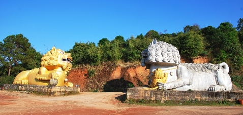 Löwe und Löwin am Eingang zum Tee-Denkmal in Doi Mae Salong