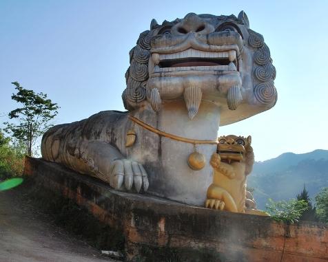 """""""Wächter""""-Löwin am Eingang zum Tee-Denkmal in Doi Mae Salong"""