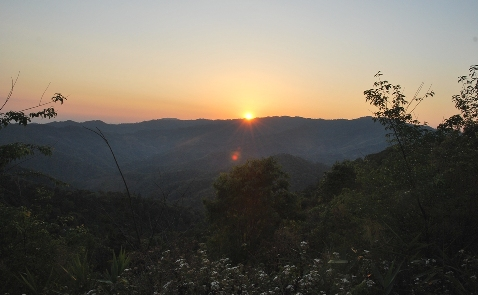 Sonnenuntergang über den Bergen bei Doi Mae Salong, Thailand