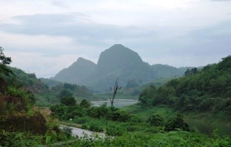 Flusstal vor erhabener Bergkontur zwischen Chiang Rai und Doi Wawee