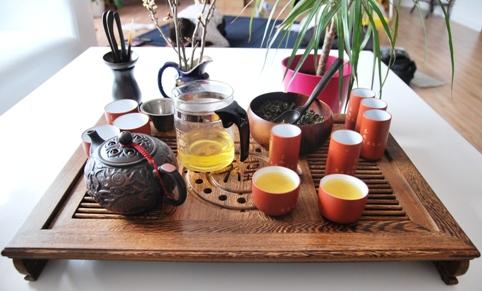 Teezeremonie : Gong Fu Cha Setup 6, der trinkfertige Tee; Hoch die Tassen!