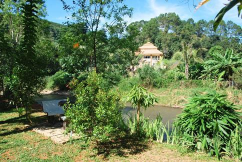 Idylliche Flussuferlage des Rim Taan Resort
