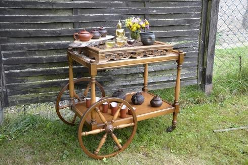 Tee-Servierwagen in meinem Garten in Otzenhausen, Saar