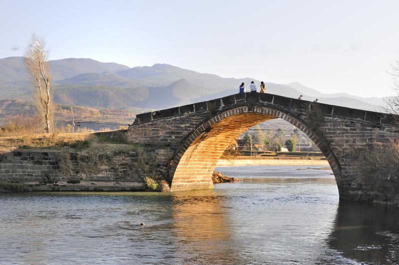 Alten Brücke an der historischen Teestraßee zwischen Dali und Lijang in Yunnan