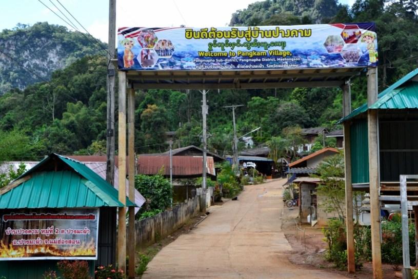 Dorf-Einfahrt nach Pang Kham