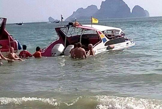 2. Tourist boat crashed (2)