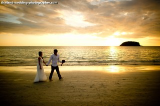 A mixed between engagement session and quick beach ceremony in Phuket, Thailand. The couple was from Singapore. Photo by NET-Photography | Thailand Wedding Photographer Phuket Wedding Studio phuket_wedding_29.JPG