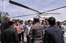 Yingluck Greeted by Pasak River Officials