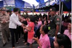 Nong Khai YL greeted by villagers
