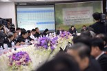 Yingluck in a discussion