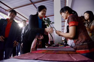 Buriram - Yingluck receiving flowers