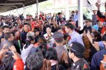 Yingluck receives roses from supporters