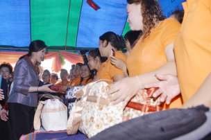 Ban Thaen Yingluck with women