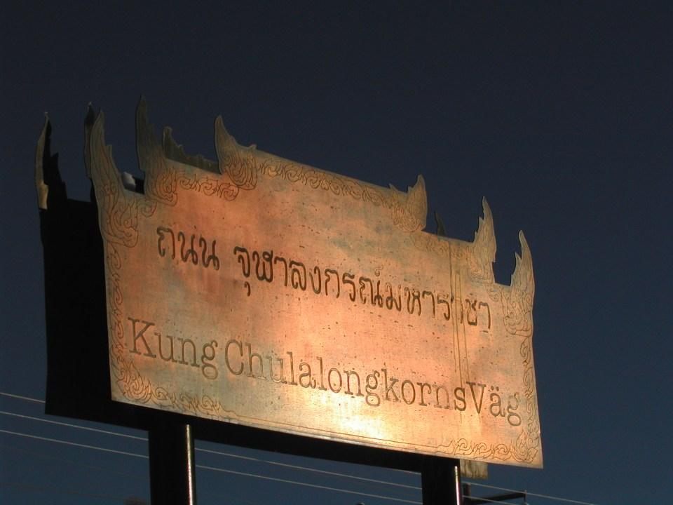 Chulalongskorns Väg, The road of King Chulalongkorn. Sign in Swedish and Thai.