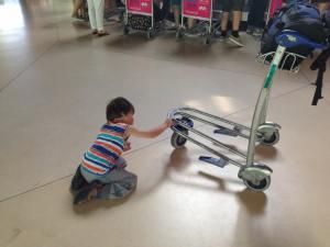 Jonas mit Gepäckwagen