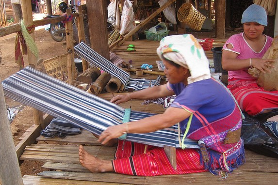 Weaving at Muang Paem CP1