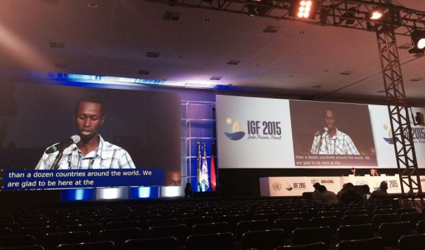 ตัวแทนคณะผู้แทนฟรีดอมเฮาส์อ่านแถลงการณ์ของกลุ่ม ในช่วงเปิดไมโครโฟนก่อนพิธีปิด IGF 2015