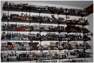 Uma das estantes de um colecionador de itens Star Wars.