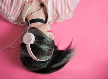 Mulher escutando musica