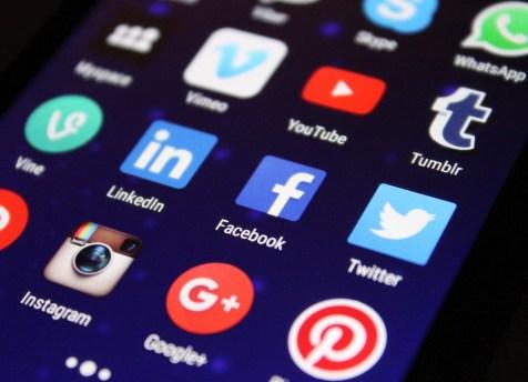 Tela do celular lotado de aplicativos de redes sociais