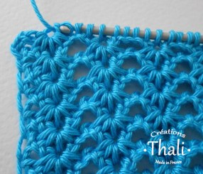 On tire à travers la 1ère boucle sur le crochet