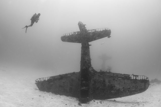 Here's-what-World-War-II-planes-now-look-like-in-their-underwater-graves9-650x433