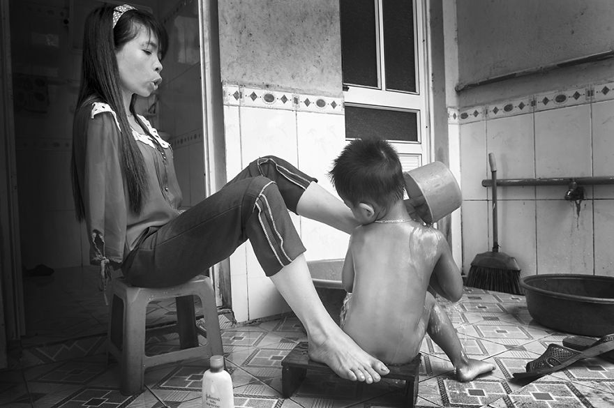 after-the-war-vietnamese-girl-born-without-arms-lives-normal-life-and-takes-care-of-her-nephew__880
