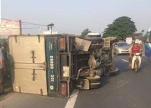 Tin tức giao thông 24h: Tông xe liên hoàn 1 xe lật, 3 xe hư hỏng nặng