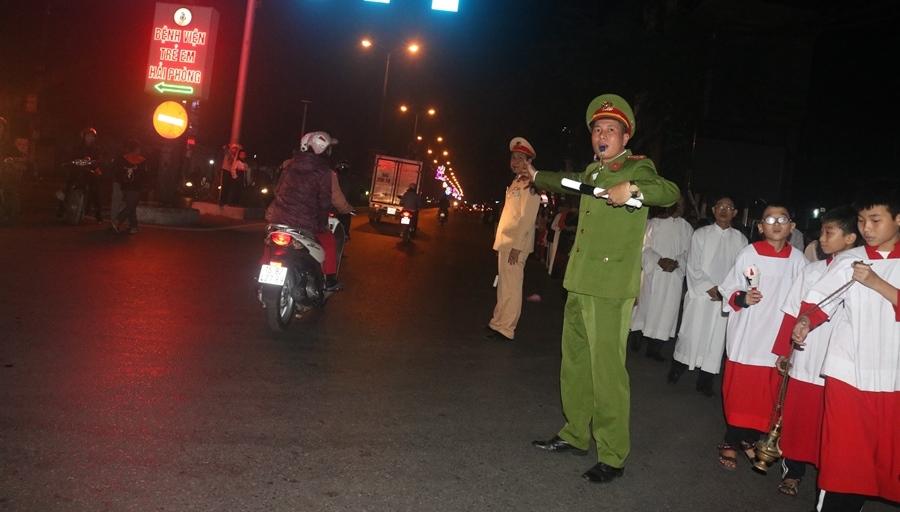 Lực lượng CAQ Kiến An điều tiết giao thông tại khu vực nhà thờ Lãm Hà (Kiến An)