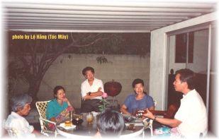 Từ trái sang phải là nhạc sĩ Trầm Tử Thiêng, Khánh Ly, Trần Quốc Bảo, Lê Nguyễn, có cả Nguyễn Hoàng Đoan (thấy đầu phía sau) và người cầm đàn là nhạc sĩ Hoàng Xuân Giang. Ảnh chụp tại nhà Khánh Ly tháng 7 năm 1992 (photo by Lệ Hằng Tóc Mây).