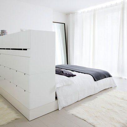 pat alb in mijlocul camerei