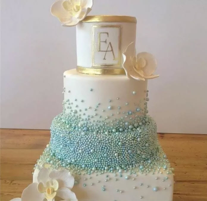 tort de nunta alb cu perle si flori