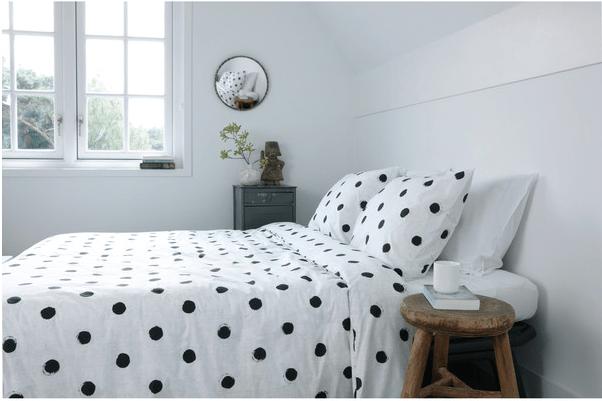 lenjerie de pat alba cu buline negre