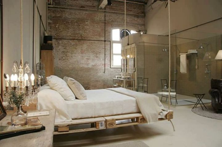 dormitor amenajat intr-un spatiu industrial vechi cu caramida aparenta
