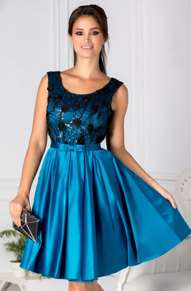 rochie clos pana la genunchi cu broderie albastra