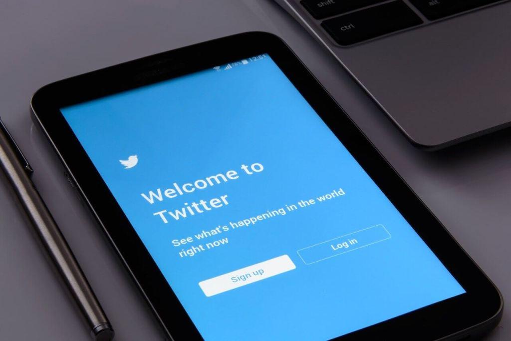 صفحة تسجيل الدخول لموقع تويتر عن طريق هاتف ذكي
