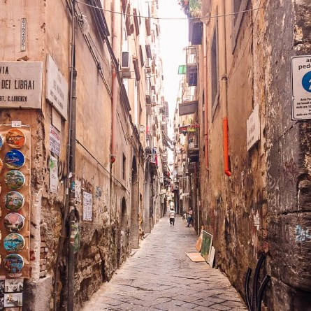 One of the narrow streets of Naples. These can be one of the most instagrammable places in Naples.