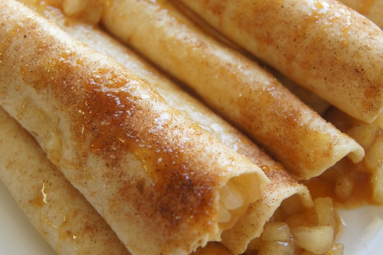 Caramel-Apple-Roll-ups-on-a-plate-with-caramel-drizzle